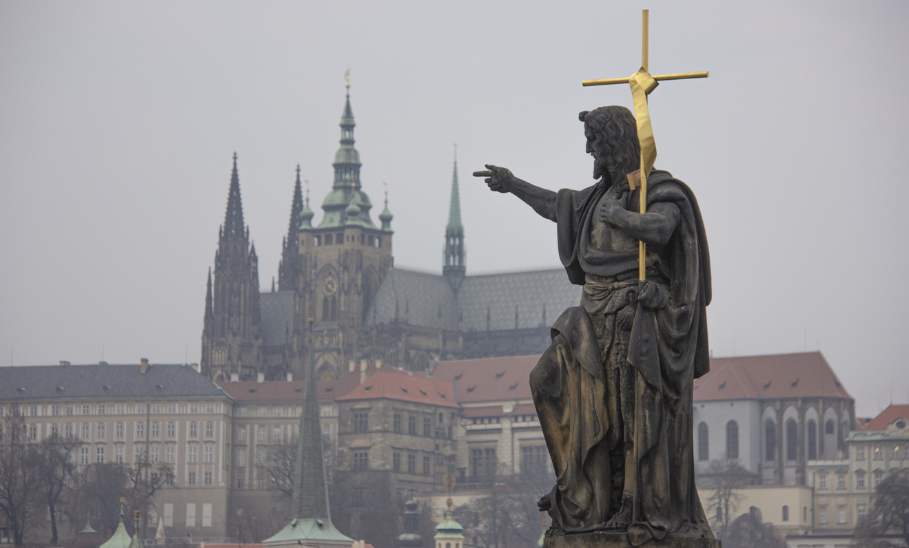 Johannes Döparen skulptur. Karlsbron, Prag, Tjeckien  © MWayOut/iStock