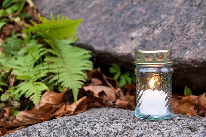 Ljus på gravsten © iStock